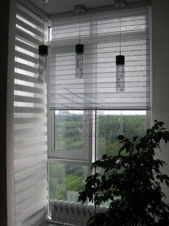 Рулонные шторы день-ночь в комнате