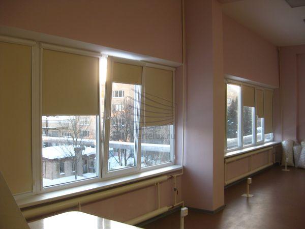 Кассетные рулонные шторы в производственном помещении